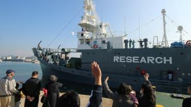 Un bateau quitte le port japonais de Shimonoseki pour une campagne de chasse à la baleine dans l'Antarctique, le 1er décembre 2015