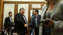 Poignée de mains entre Evangelos Venizelos (à gauche), chef de file du parti socialiste grec (Pasok) arrivé en troisième position aux élections législatives du 6 mai en Grèce et Alexis Tsipras, chef de la Coalition de la gauche radicale (Syriza), qui avai