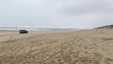 Une voiture de police sur la plage de Le Porge, après que des sachets de cocaïne se sont échoués sur les côtes du Sud-Ouest.
