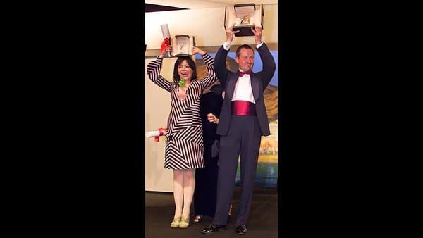 Lars Von Trier et Björk, exhibant leurs palmes respectives en 2000.