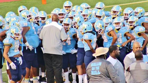 Coach Niketa Battle (de dos) avec ses joueurs de la Mays High School