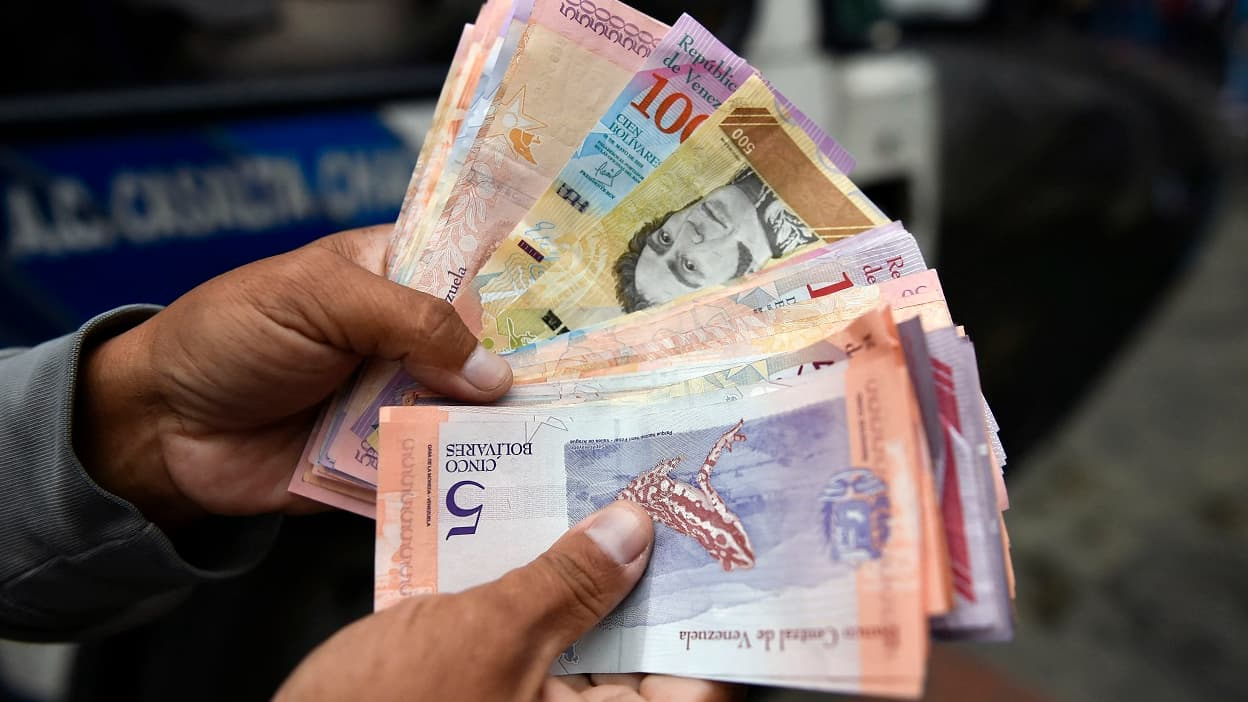 Face à l'inflation de 3000%, le Venezuela va émettre des billets d'un million de bolivars - BFMTV