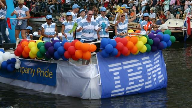 A Amsterdam, IBM défile en son nom lors de la gay pride.