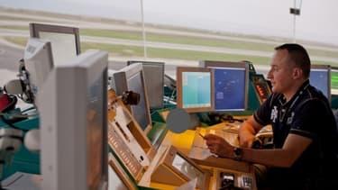 Un contrôleur aérien (ici à Nice) travaille officiellement 32 heures par semaine.