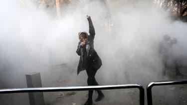 Une manifestante lors d'un mouvement de protestation à l'Université de Téhéran, le 30 décembre 2017.