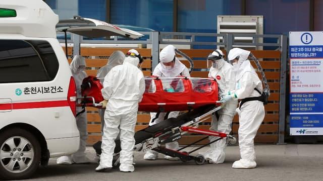 Une équipe médicale transportant un patient infecté par le coronavirus en Corée du Sud.