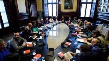 Le président du Parlement catalan, Carme Forcadell (au centre), assiste à une réunion avec le Parlement catalan à Barcelone le 23 octobre 2017.