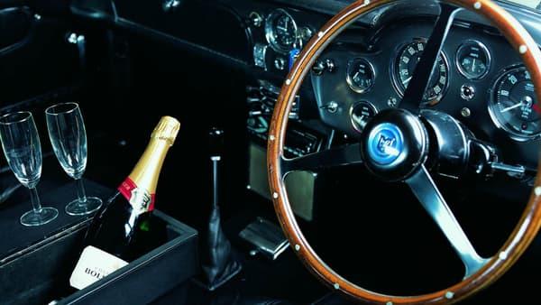 L'intérieur de la DB5 avec son espace réservé à la bouteille de champagne.