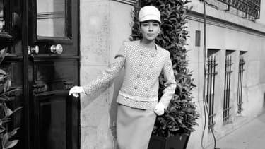 Un mannequin présente un tailleur du couturier Yves Saint-Laurent, le 17 février 1966 à Paris