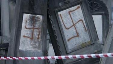 Dans le cimetière juif de Cronenbourg, près de Strasbourg, en janvier 2010. Trois jeunes gens qui étaient poursuivis pour la profanation d'un cimetière juif et de deux carrés musulmans en 2010 à Strasbourg ont été condamnés mercredi à des peines de 12 et