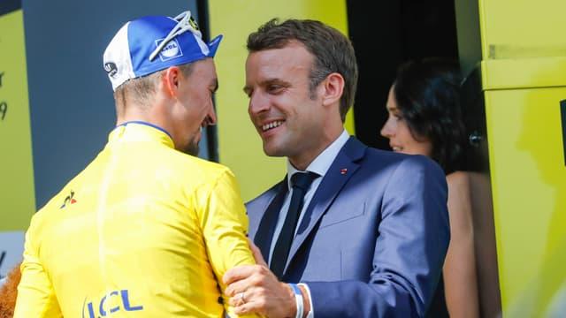 Emmanuel Macron et Julian Alaphilippe lors de la 14e étape du Tour de France, le 20 juillet 2019.