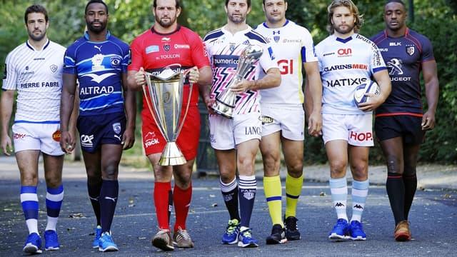 Le Toulonnais Carl Hayman porte le trophée de la Champions Cup, entouré des capitaines des clubs français