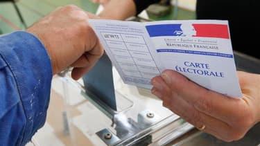 Le Parlement français a adopté définitivement mercredi le projet de loi qui modifie les modes de scrutins locaux et repousse à 2015 les élections cantonales et régionales. /Photo d'archives/REUTERS/Vincent Kessler