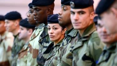 Soldats français attendant l'arrivée du ministre Jean-Yves Le Drian venu les voir avant leur envoi au Mali, à Miramas, le 25 janvier 2013.