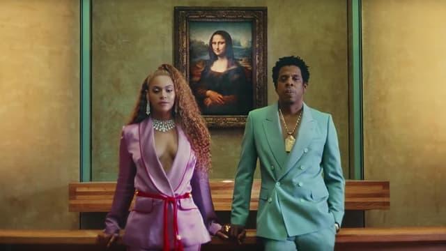 """Beyoncé et son mari Jay-Z dans leur dernier clip, """"Apes**t - The Carters"""", tourné au Louvre, avec la Joconde en guest star."""