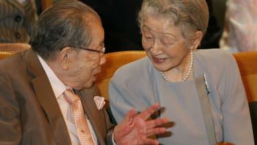 Shigeaki Hinohara (à gauche) avec l'impératrice Michiko, le 31 juillet 2016 à Tokyo.