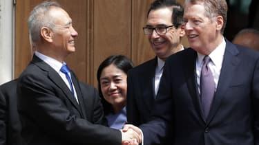 Le vice-Premier ministre chinois Liu He salue Steven Mnuchin, secrétaire au Trésor américain et Robert Lighthizer, le représentant au Commerce, après leurs réunion de ce vendredi.
