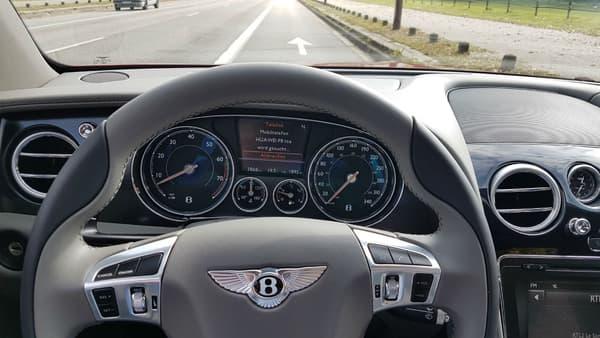 Derrière le volant de la Bentley, le compteur grimpe jusqu'à 340 km/h. La vitesse maximale officielle donnée par Bentley est elle de 320km/h.