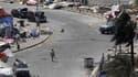 Un soldat du Conseil de coopération du Golfe marche place de la Perle, à Manama, après la violente intervention des forces bahreïnies pour en chasser les manifestants. Les forces de sécurité ont lancé mercredi une violente attaque contre les manifestants