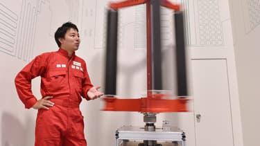 """L'inventeur japonais Atsushi Shimizu  à côté de son éolienne à """"effet Magnus""""."""