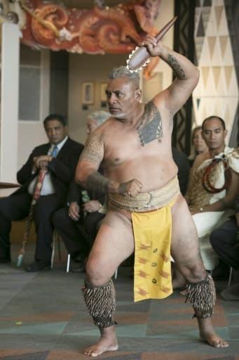 Photo prise le 11 mars 2016 et fournie par le musée national néo-zélandais Te Papa montrant une démonstration d'art martial hawaïen lors d'une cérémonie à Wellington pour la remise d'objets ayant appartenu au Capitaine Cook