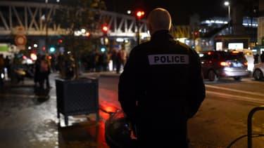 Un policier devant le théâtre des Bouffes du Nord à Paris, où Emmanuel Macron assistait à une pièce de théâtre vendredi 17 janvier 2020.