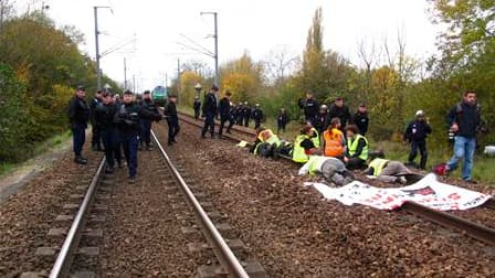 L'itinéraire du convoi ferroviaire transportant des déchets radioactifs de la France vers l'Allemagne a été modifié dans la nuit de vendredi à samedi face à la mobilisation des antinucléaires, selon le réseau Sortir du nucléaire. /Photo prise le 5 novembr