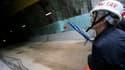 Une visiteur sur le chantier du tunnel