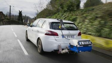 Une Peugeot 308 lors des tests de mesures des émissions en conditions réelles de conduite.