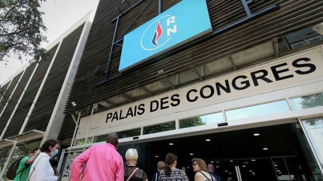 Des militants arrivent au Palais des congrès de Perpignan où se tient le 17e Congrès du Rassemblement national
