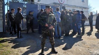 Des soldats ukrainiens devant une base militaire criméenne, à Bakhchisaray, le 3 mars 2014.