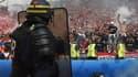 Un policier français face à des supporters hongrois le 18 juin dernier.