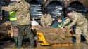 Le 15 février 2014 à l'est de Londres, volontaires et militaires luttent contre la crue de la Tamise.