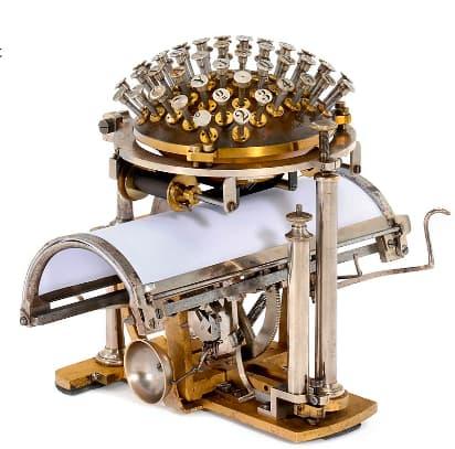 """Cette superbe  """"boule à écrire"""" inventée par Rasmus Malling-Hansen a inventée en 1867 est estimée entre 70.000 et 90.000 euros, trois fois moins que l'Apple I."""