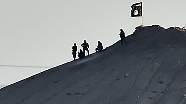 Des militants de l'Etat islamique en Syrie, le 6 octobre 2014.