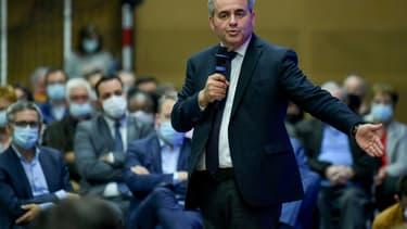 Le président du conseil régional des Hauts de France et candidat à la présidentielle de 2022 Xavier Bertrand lors d'un meeting à Oyonnax, dans l'Ain, le 14 octobre 2021