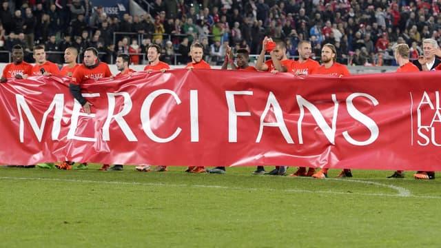 Les Suisses remercient leur public après leur qualification pour l'Euro