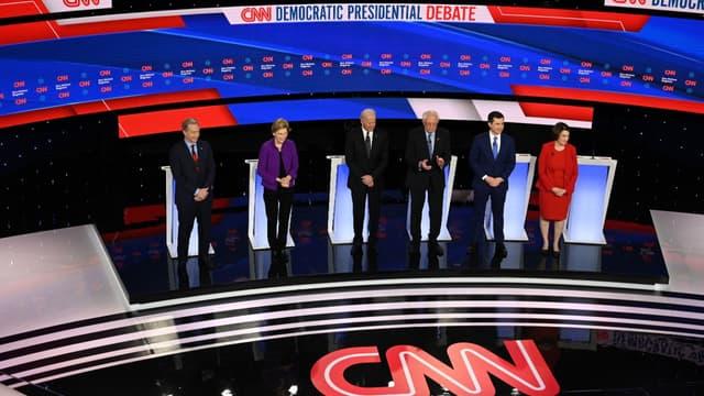 Six candidats sur les douze en lice pour la primaire démocrate lors du septième et dernier débat, dans l'Iowa, le 14 janvier 2020