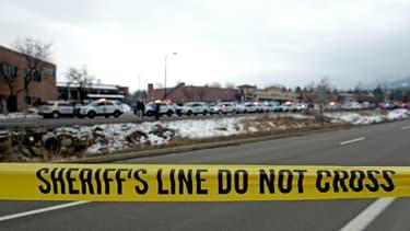 Du ruban jaune empêche l'accès du public à un supermarché cerné par des véhicules de police, où a eu lieu une fusillade meurtrière à Boulder, dans le Colorado (Etats-Unis), le 22 mars 2021