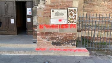 Un tag antireligieux sur le parvis de la basilique Saint-Sernin à Toulouse.