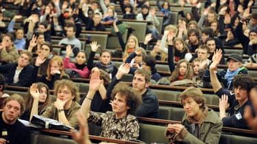 Des étudiants participant à une assemblée générale à l'université de Strasbourg, le 4 février 2009 (photo d'illustration).