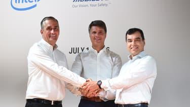 Brian Krzanich, le patron d'Intel, et Amnon Shashua, le confondateur de Mobileye, entourent Harald Krueger, le PDG de BMW en juillet dernier à Munich.