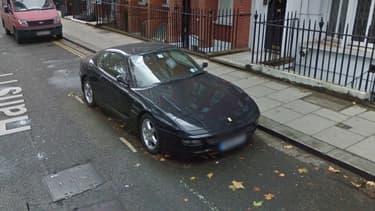 La Ferrari a tellement peu bougé qu'on la retrouve en photo sur Google Street View sur sa place de parking, en 2016.