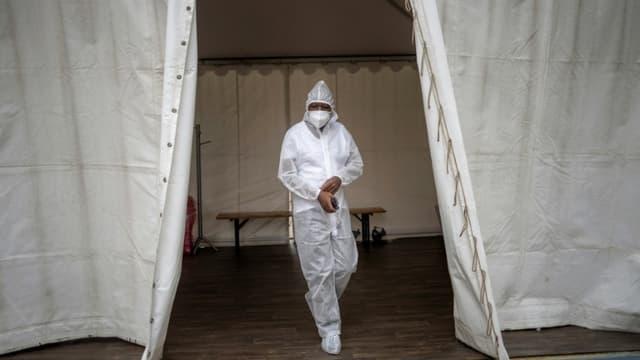 Un membre du personnel médical de l'hôpital de Soweto, en Afrique du sud, en tenue de protection anti-Covid, le 25 janvier 2021 (photo d'illustration)