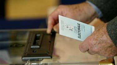 L'UMP souhaite un vote majoritaire à deux tours et sans triangulaire pour l'élection des futurs conseillers territoriaux et va réfléchir à une éventuelle extension de ce mode de scrutin aux autres élections, annonce son porte-parole, Frédéric Lefebvre. /P