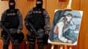 """Membres des forces spéciales serbes surveillant à Belgrade une célèbre toile de Paul Cézanne, """"Le Garçon au gilet rouge"""". Cette peinture, qui avait été dérobée il y a quatre ans dans une galerie en Suisse, a été retrouvée par la police serbe. /Photo prise"""