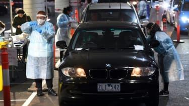 Tests au coronavirus pratiqués dans le parking d'un supermaché à Melbourne le 26 juin 2020
