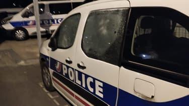 Plusieurs véhicules de police ont été endommagés devant le commissariat des Ulis.