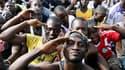 """""""Jeunes patriotes"""", partisans de Laurent Gbagbo, venus s'enrôler dans l'armée, lors d'un rassemblement à Abidjan. Des milliers de partisans de Laurent Gbagbo ont affirmé lundi leur refus d'admettre sa défaite, malgré la reconnaissance par le communauté in"""
