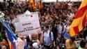 Deux manifestants portent une fausse urne, lors d'un rassemblement à Barcelone, le 20 septembre 2017.